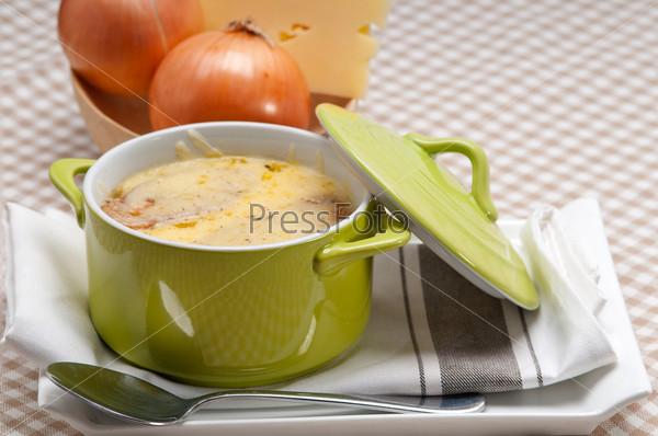 Фотография на тему Луковый суп с сыром и хлебом