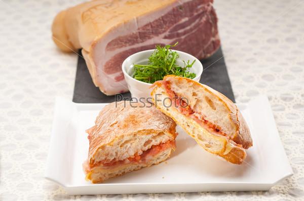 Фотография на тему Сэндвич чиабатта панини с пармской ветчиной и помидорами
