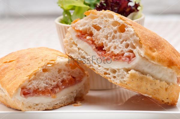 Сэндвич чиабатта панини с пармской ветчиной и помидорами