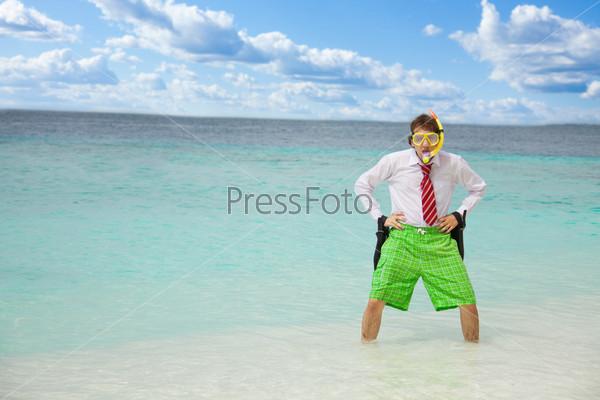 Мужчина в маске и ластах на пляже