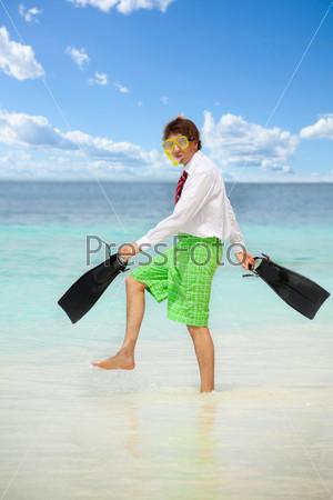 Фотография на тему Мужчина в маске и ластах на пляже