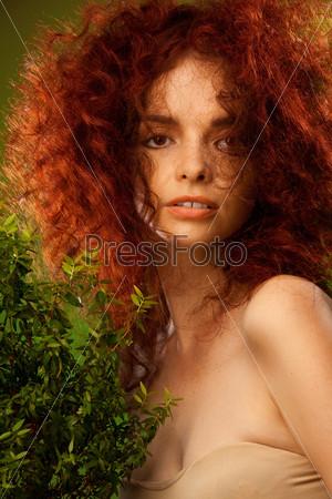Фотография на тему Портрет женщины с кудрявыми рыжими волосами