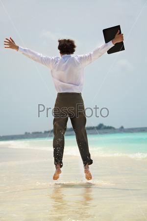 Радостный бизнесмен на пляже