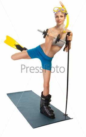 Счастливая женщина с различными спортивными аксессуарами, включая лыжные ботинки, ласты, весы