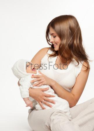 Мать, играя с ребенком