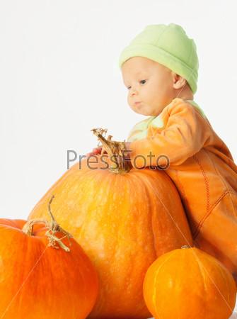 Фотография на тему Малыш с тыквой