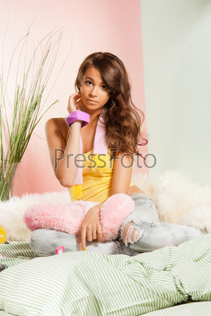 Девушка-подросток в своей постели