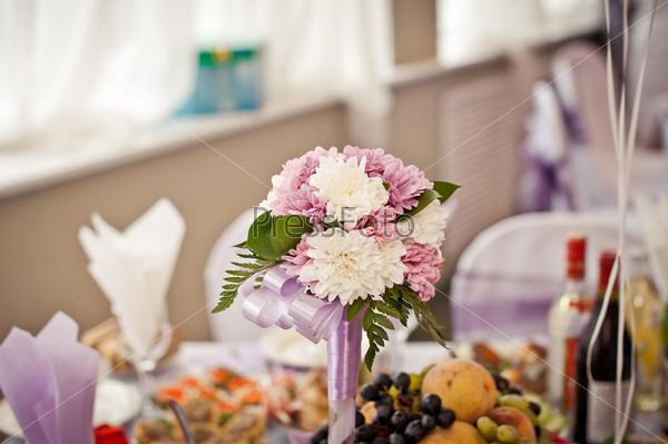 Букет на свадебном столе