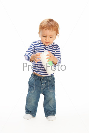 Ребенок с кружкой