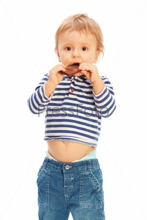 Улыбающийся малыш с шоколадом