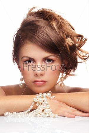 Фотография на тему Молодая женщина с жемчугом