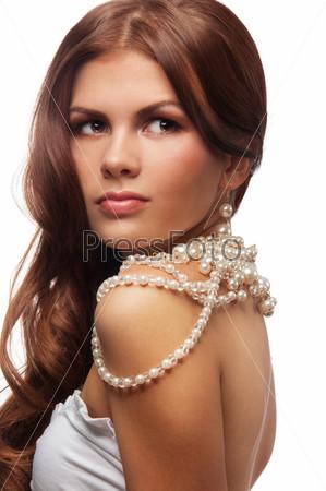 Молодая женщина с ожерельем из жемчуга