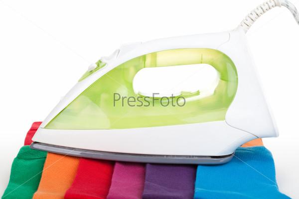 Утюг на разноцветных носках