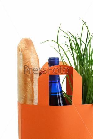 Фотография на тему Пакет с зеленью, багетом и бутылкой вина
