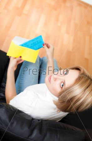Женщина с конвертом