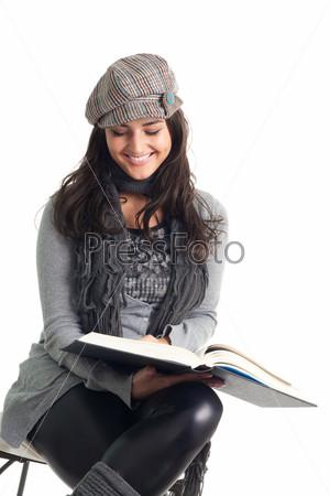 Счастливая молодая женщина читает книгу