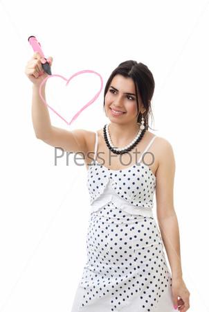 Женщина рисует розовое сердце