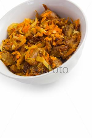 Жареная морковь и мясо, изолированные на белом фоне