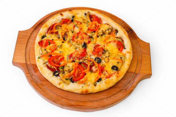 Аппетитная пицца на деревянном лотке, изолированная на белом фоне