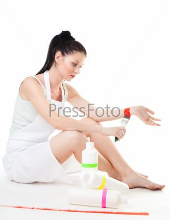 Женщина устала от ремонта и покраски
