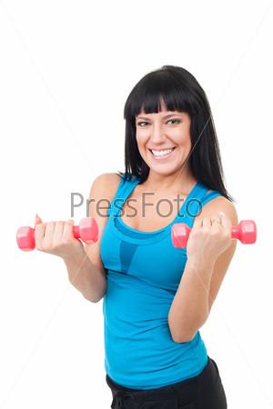Женщина делает упражнения с гантелями