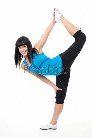 Женщина делает упражнение на гибкость