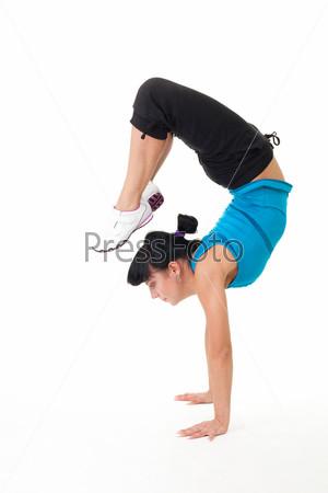 Женщина делает упражнение на растяжку и баланс