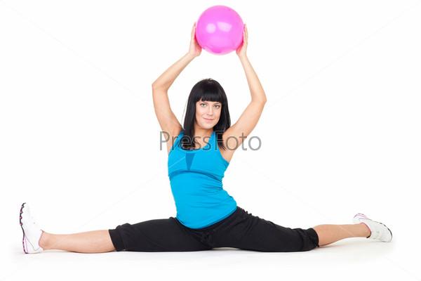 Женщина делает упражнения с мячом