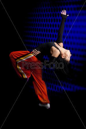 Танцор на темном фоне