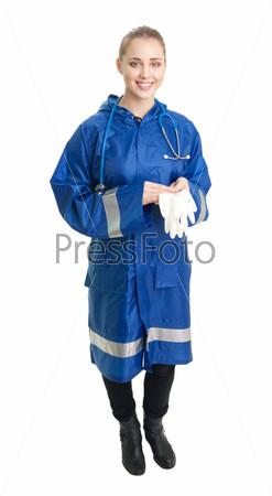 Врач стоит с хирургическими перчатками