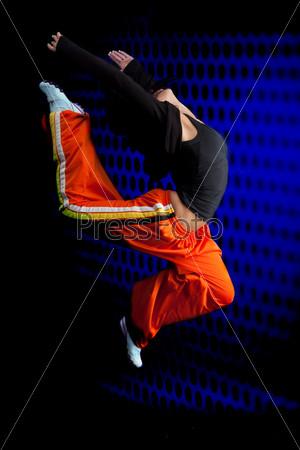 Танцор в прыжке на темном фоне