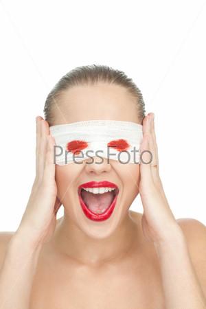 Слепая женщина кричит