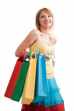 Улыбающаяся девушка с яркими пакетами