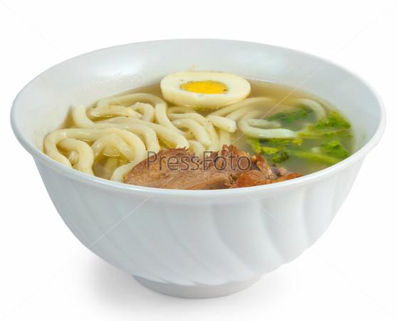 Суп с говядиной макаронами и яйцом на белом фоне