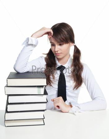 Грустная школьница с книгами