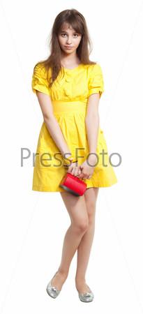 Девочка в желом с красной сумкой