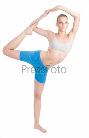 Женщина делает растяжку на йоге