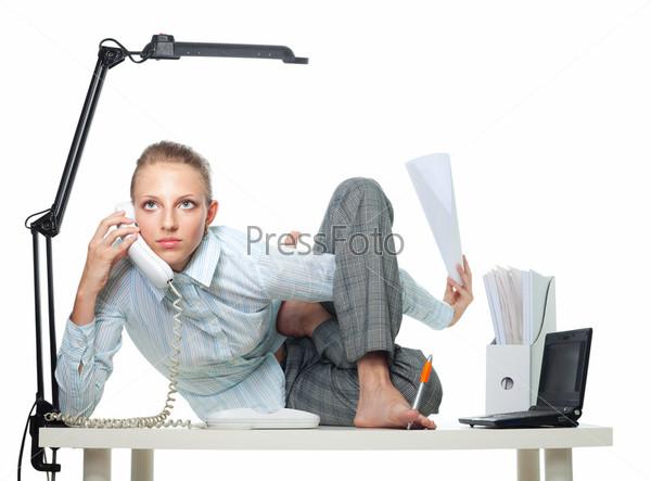 Гибкая женщина в офисе