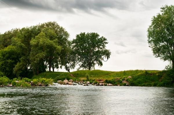 Фотография на тему Деревья на берегу реки
