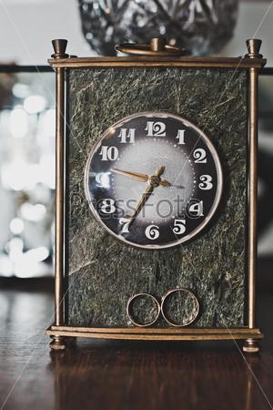 Старинные часы и свадебные кольца