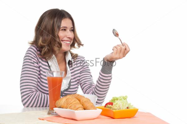 Женщина смеется за завтраком