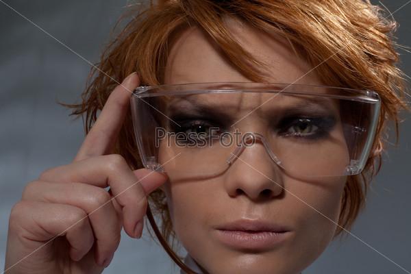 Портрет подозрительной женщины в очках ученого