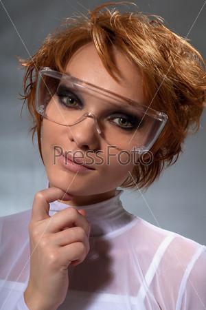 Портрет красивой женщины-ученого крупным планом