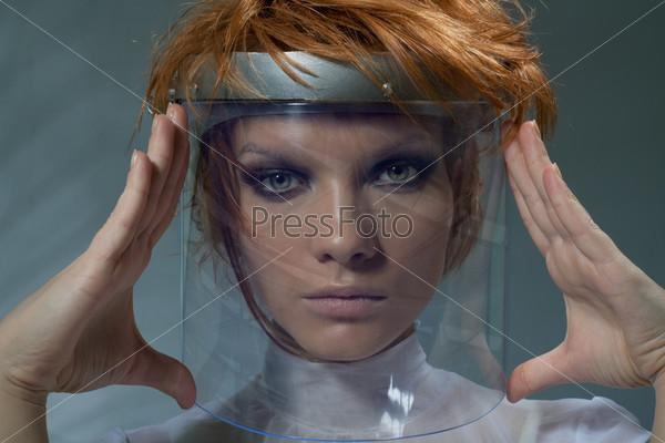 Серьезная умная женщина в стеклянной маске