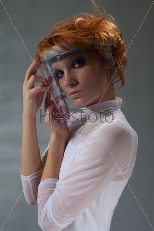 Футуристическая женщина в стеклянной маске