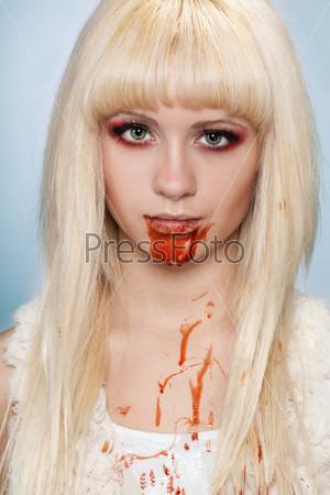 Портрет крупным планом девушки-вампира