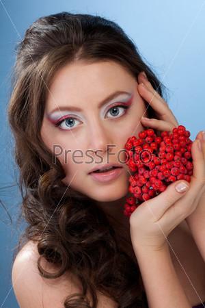Фотография на тему Красивая женщина с ягодами рябины
