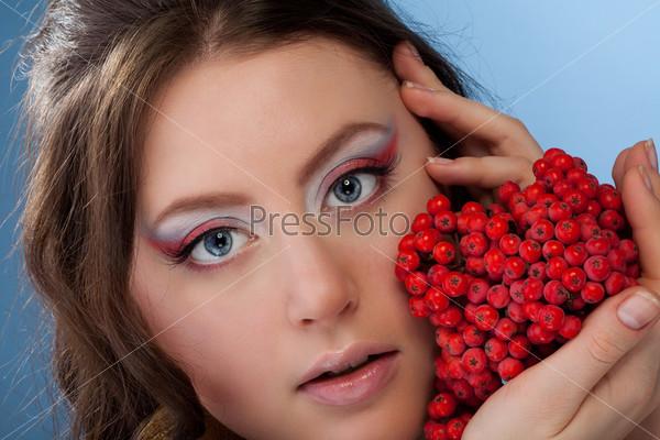 Красивая женщина с ягодами рябины