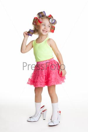 Маленькая девочка модничает