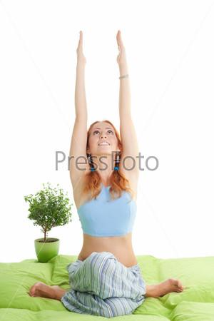 Фотография на тему Рыжеволосая женщина занимается йогой
